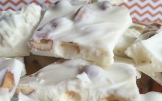 White chocolate bark with honey roasted peanuts recipe ~ Plus free PEANUTS printable!